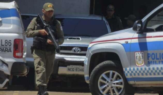 Un policía patrulla los alrededores de la cárcel, tras la tragedia.