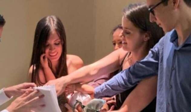 Manuela y Luisa Gómez, pareja homosexual que bautizó a su hijo Matías