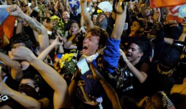 Miles de personas reunidas en la calle Fortaleza celebrando la renuncia de Ricardo Roselló
