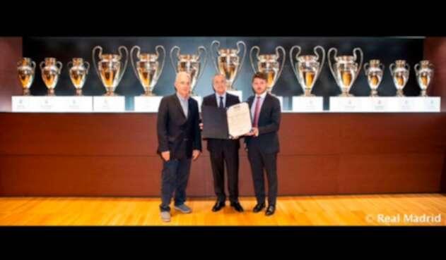 El expresidente Álvaro Uribe y Florentino Pérez, presidente del Real Madrid, en el Estadio Santiago Bernabéu, en Madrid (España)