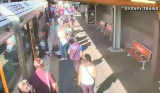 Niño cae a vía de tren en Sidney