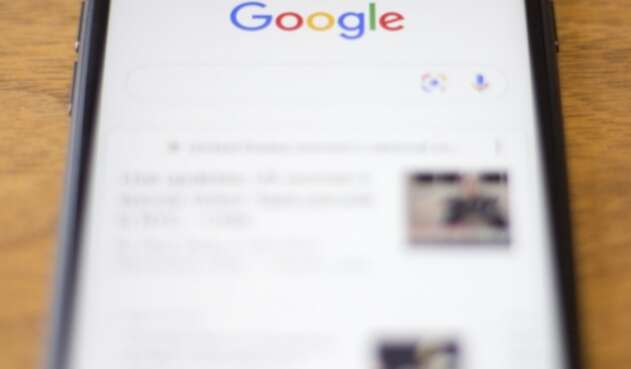 Google en la pantalla de un celular Iphone de Apple