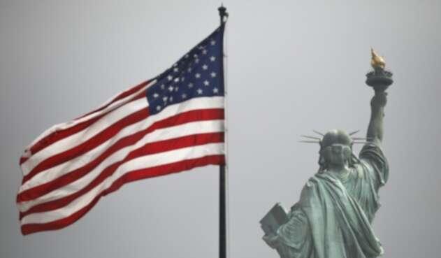 La Estatua de la Libertad y la bandera de los Estados Unidos