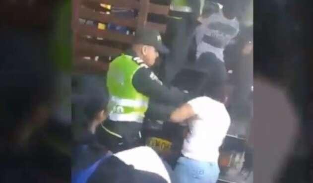Agresión de policía a una mujer durante un desalojo, en Cúcuta