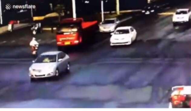 Una ciclista arrollada por camión se salvó milagrosamente de morir.