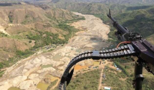El Ejército Nacional sobrevolando una zona de minería ilegal en el Cauca