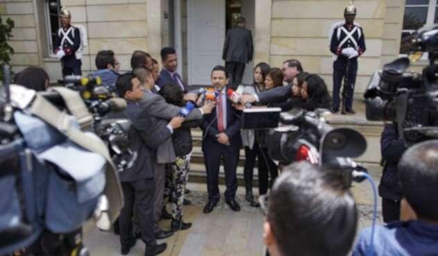Miguel Ceballos, alto comisionado de paz, ante la prensa