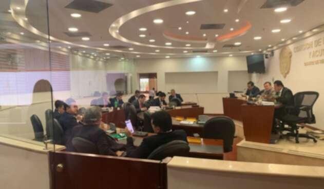 El momento en que la Comisión de Acusación está decidiendo en proceso contra Santos.