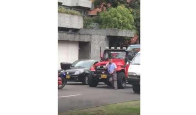 Un conductor salvaje en Bogotá le pasó su carro por encima a un conductor del SITP.