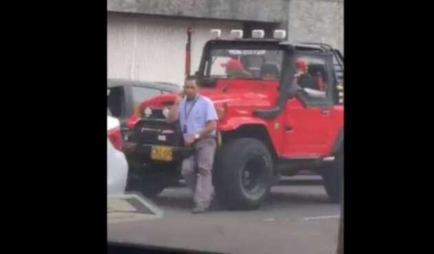Incidente en el que un hombre intenta pasar su vehículo por encima de un conductor