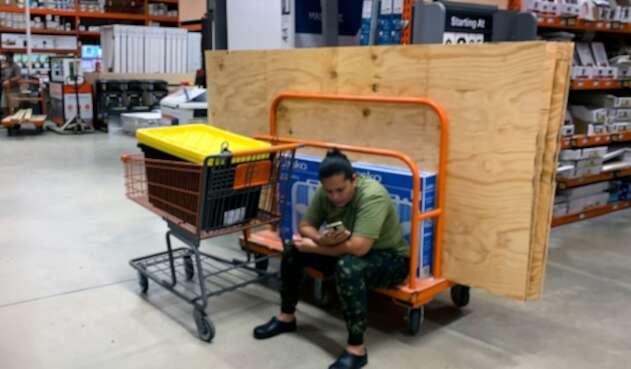 Residentes de Florida realizando compras ante la llegada del huracán Dorian