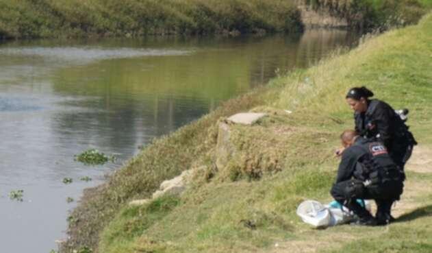 Dos menores desaparecidos y un muerto dejo intento por rescatar una cometa en el río Bogotá