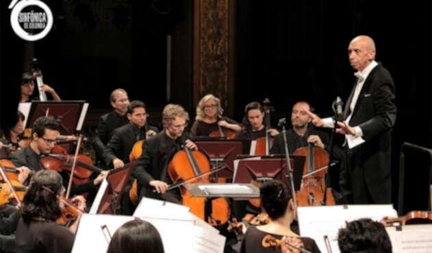 El maestro Eduardo Carrizosa dirige a la Sinfónica de Colombia