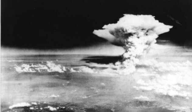 Esta fotografía impresa tomada el 6 de agosto de 1945 por el Ejército de los EE. UU. Y publicada desde el Museo Memorial de la Paz de Hiroshima muestra una nube de hongo de la bomba atómica lanzada por el bombardero B-29 Enola Gay sobre la ciudad de Hiroshima.
