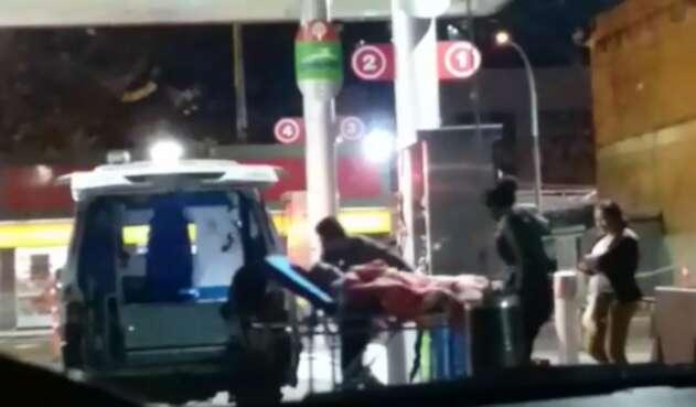 Ambulancia tanqueando combustible en Bogotá