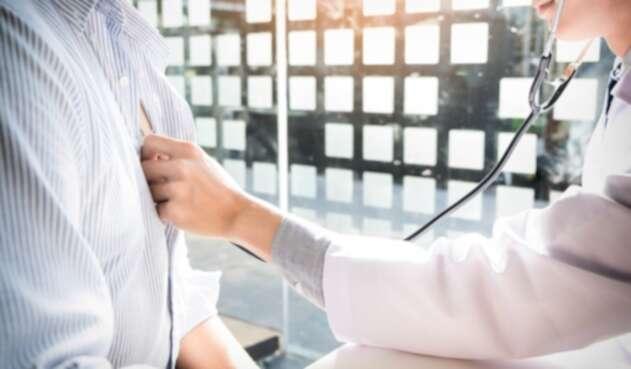 Un doctor revisando a su paciente