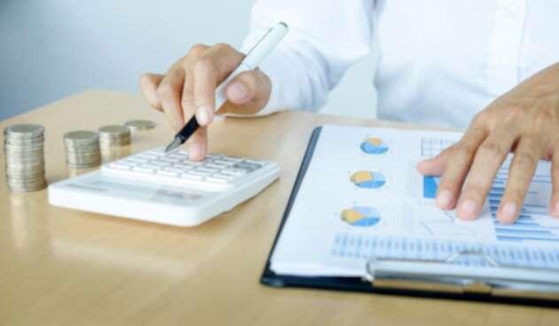 Una persona haciendo análisis económicos - Economía
