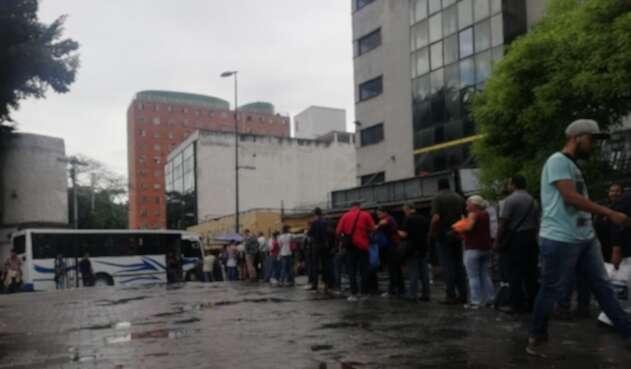 Largas filas para  abordar autobuses en Caracas