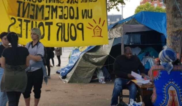 Migrantes, entre ellos colombianos, viviendo en las calles de Francia