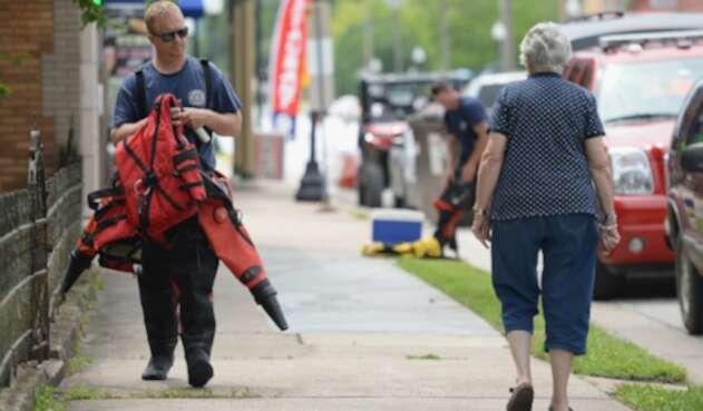 Dos ciudadanos transitando en las calles de Misisipi, en Estados Unidos