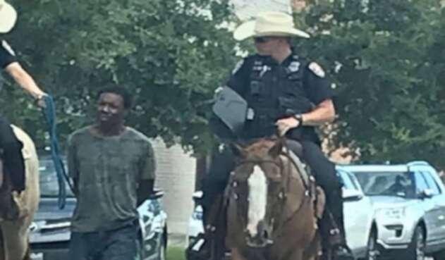 Policías llevaron a un hombre esposado