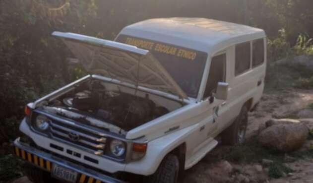 Delincuentes dejaron abandonado el vehículo por no poder manejarlo, 15 estudiantes fueron amordazados