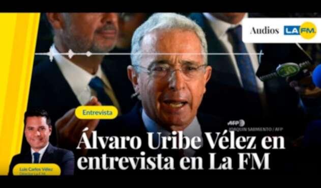 El expresidente Álvaro Uribe en la entrevista con LA FM