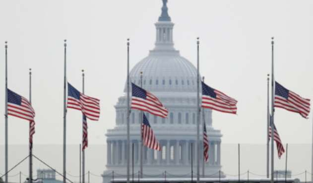 Banderas a media asta en Washington, capital estadounidense