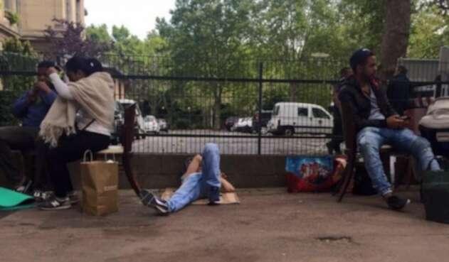 Colombianos desalojados del lugar donde vivían, en París.