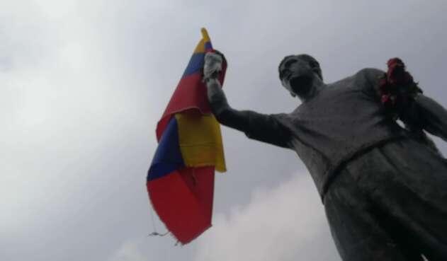 Escultura de Jaime Garzón ubicada en el lugar donde fue asesinado