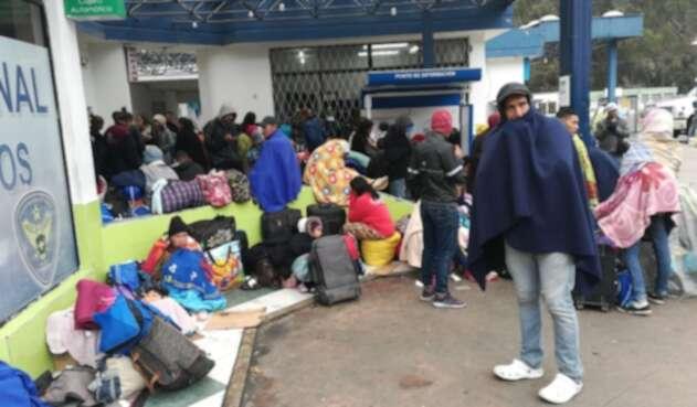 Migrantes venezolanos llegan al Puente Internacional de Rumichaca.