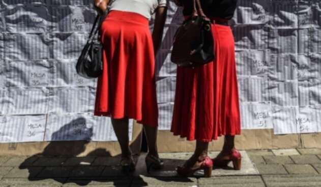 Mujeres participando en las elecciones de Colombia.