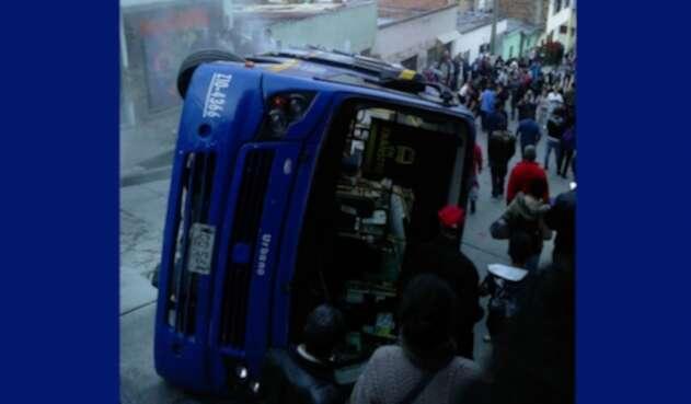 Bus volcado en el kilómetro cuatro vía a la Calera