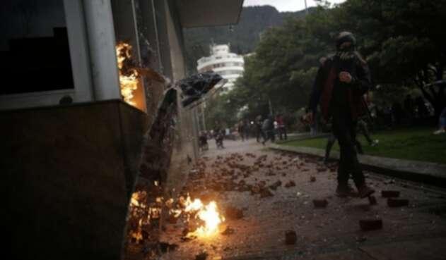 Encapuchados rompieron todos los vidrios del Icetex, en Bogotá