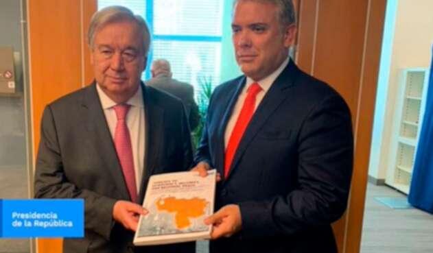El presidente Iván Duque presentando ante António Guterres, secretario general de la ONU, el dossier de las Farc en Venezuela