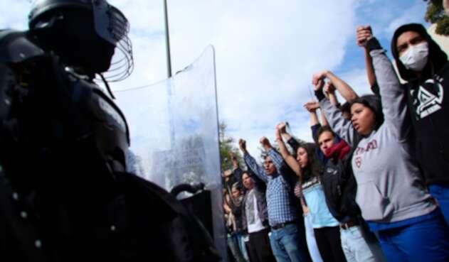 El Escuadrón Móvil Antidisturbios de la Policía (Esmad) y estudiantes universitarios, en el marco de las protestas en Bogotá
