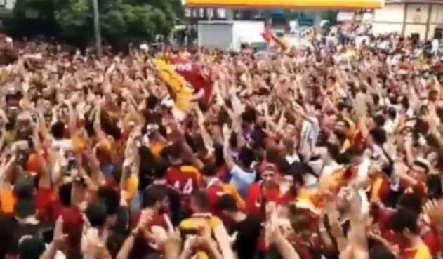 Fanáticos de Galatasaray esperando a Falcao García
