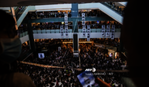 Manifestantes de Hong Kong se toman centros comerciales como el New Town Plaza.