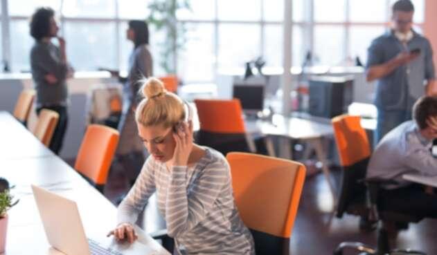 Jóvenes trabajando en una oficina - Millennials