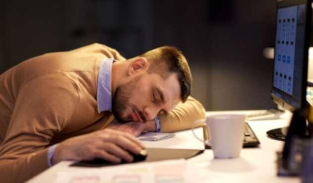 Hombre se queda dormido en el trabajo - Sueño - Apnea del sueño