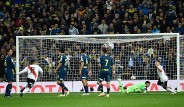 Juan Fernando Quintero anotándole a Boca, el 9 de diciembre de 2018 en el Estadio Santiado Bernabéu, en Madrid (España)
