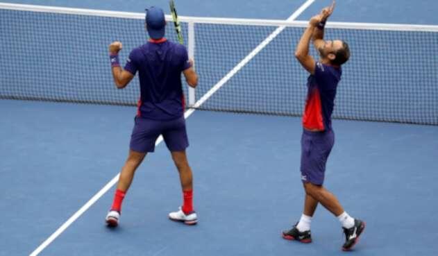 Robert Farah y Juan Sebastián Cabal, en acción ante el argentino Horacio Zeballos y el español Marcel Granollers, durante la final del US Open, en la ciudad de Nueva York