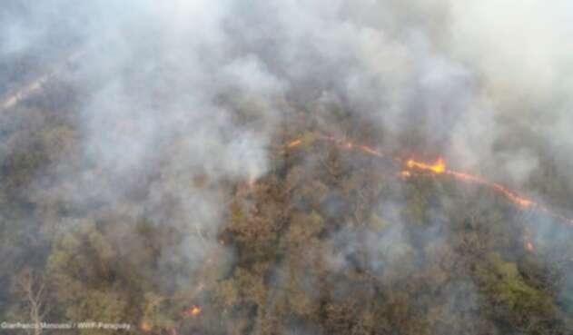 Vista aérea de incendio forestal en zona de influencia de Monumento Natural Cerro Chovoreca - departamento de Alto Paraguay