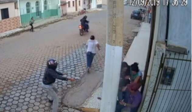 Poste de luz salva de la muerte a un hombre atacado por sicarios
