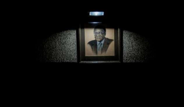 Un cuadro con el rostro de Robert Mugabe, expresidente de Zimbabue, puesto en la ciudad de Harare
