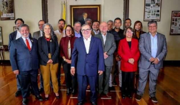 Rodrigo Londoño y representantes de la oposición
