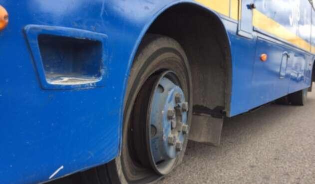 Un bus del Sistema Integrado pinchado en el marco del paro de transportadores informales