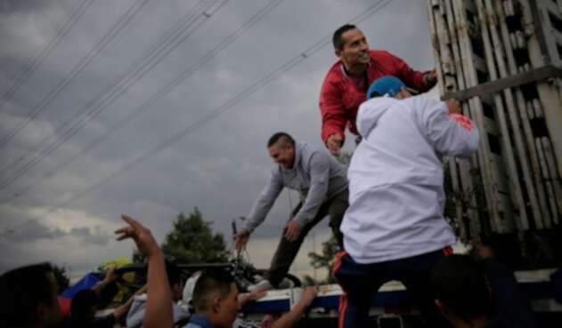 Personas buscando cómo desplazarse, en el municipio de Soacha (Cundinamarca)