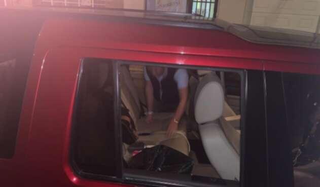 Vehículo de candidato al concejo de Bogotá atacado por desconocidos.