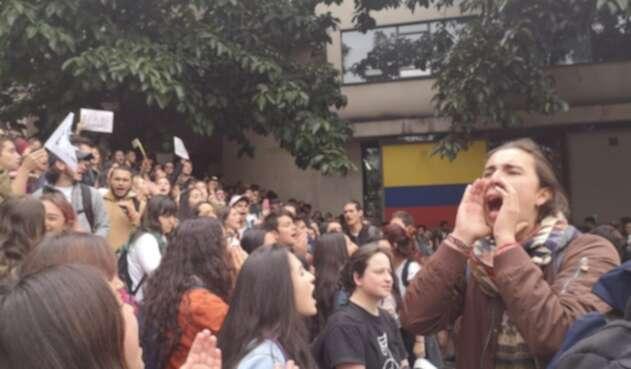 Estudiantes de la Universidad Javeriana, rechazaron que el ESMAD hubiese utilizado gases lacrimógenos contra la institución y el hospital San Ignacio
